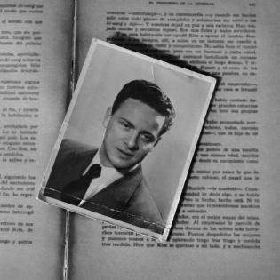 Antes de entregar en alquiler la casa de mis padres, una extraña fuerza me llevó a levantar una tapa de madera que recubría el piso del placard de su habitación. Allí estaban los discos que Juan Carlos, mi padre atesoraría. Habían sido grabados en mayo de 1952 y llevaban arrinconados casi 50 años (el papel que los cubría era una hoja de periódico del 68)...Otros los encontré en un viejo cassete que yo misma grabaría a mis 10 años en una sobremesa, allá por 1980...los invito a disfrutarlos.
